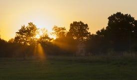 Coucher du soleil avec la lumière volumétrique Images stock
