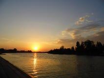 Coucher du soleil avec la réflexion du soleil photographie stock