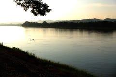 Coucher du soleil avec la vue de lac Photographie stock libre de droits