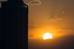 Coucher du soleil avec le bâtiment Photos stock