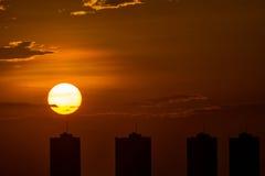 Coucher du soleil avec le bâtiment Image stock