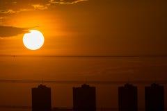 Coucher du soleil avec le bâtiment Photo libre de droits