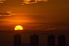 Coucher du soleil avec le bâtiment Photo stock