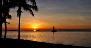 Coucher du soleil avec le bateau à voiles Image stock