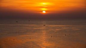 Coucher du soleil avec le bateau Photos stock
