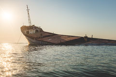 Coucher du soleil avec le bateau d'épave en Mer Noire Image stock