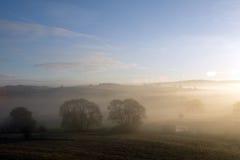 Coucher du soleil avec le brouillard Images stock