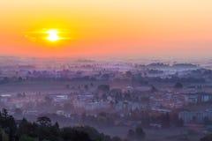 Coucher du soleil avec le brouillard en vallée Photographie stock