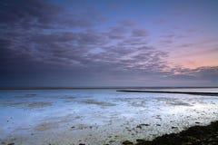 Coucher du soleil avec le ciel nuageux Photo libre de droits