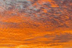 Coucher du soleil avec le ciel orange Ciel orange et jaune vibrant lumineux chaud de coucher du soleil de couleurs Coucher du sol images libres de droits
