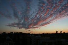 Coucher du soleil avec le ciel rouge à Madrid image stock