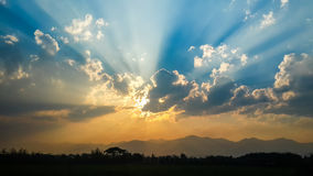Coucher du soleil avec le faisceau du soleil, ciel avec le nuage Images stock