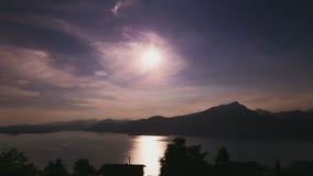 Coucher du soleil avec le lac et les nuages - TimeLapse banque de vidéos