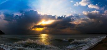 Coucher du soleil avec le nuage dramatique au-dessus de la mer Photo libre de droits
