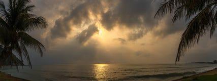 Coucher du soleil avec le nuage dramatique au-dessus de la mer Photo stock