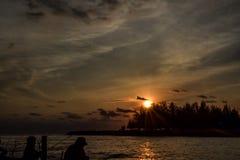Coucher du soleil avec le pêcheur à la ligne Photos libres de droits