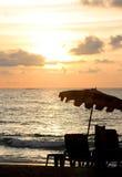 Coucher du soleil avec le parasol Photos stock