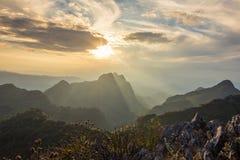 Coucher du soleil avec le paysage de montagne Photographie stock