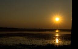 Coucher du soleil avec le réservoir Images libres de droits