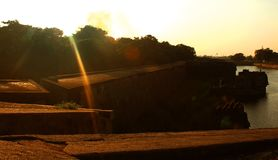 Coucher du soleil avec le rempart et le fossé ornementaux au fort de vellore Image libre de droits