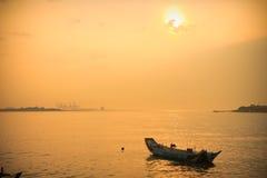 Coucher du soleil avec le seul bateau Photo stock