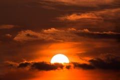 Coucher du soleil avec le soleil au-dessus des nuages Photographie stock libre de droits