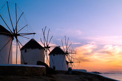 Coucher du soleil avec les moulins à vent célèbres sur l'île de Mykonos Image stock