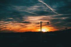 Coucher du soleil avec les nuages bleus et oranges avec la silhouette de l'le contre photo libre de droits