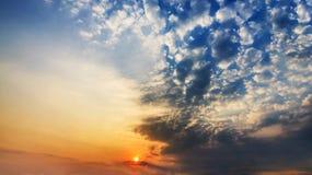 Coucher du soleil avec les nuages dramatiques Photos stock
