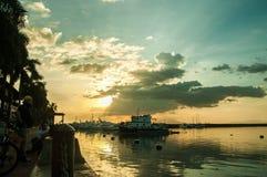 Coucher du soleil avec les nuages et le yacht Images stock