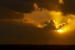 Coucher du soleil avec les nuages foncés Photographie stock