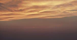Coucher du soleil avec les nuages merveilleux après laps de temps de lueur de coucher du soleil banque de vidéos