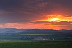 Coucher du soleil avec les nuages orageux Image stock