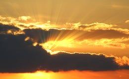 Coucher du soleil avec les nuages, rayons légers avec l'effet atmosphérique Photos libres de droits