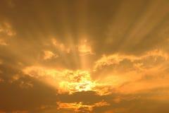 Coucher du soleil avec les rayons légers de nuages avec l'effet atmosphérique Images libres de droits