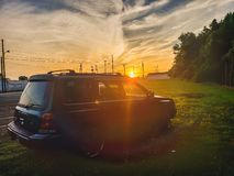 Coucher du soleil avec un forestier de subaru photos stock