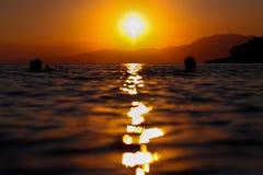 Coucher du soleil ayant lieu dans Salamina, Grèce photographie stock