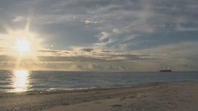 Coucher du soleil, bateau de navigation banque de vidéos