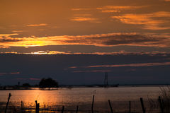 coucher du soleil beautuful au barrage en Thaïlande Photo stock