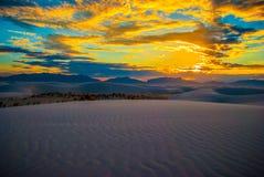 Coucher du soleil blanc du Nouveau Mexique de parc national de dunes de sable de brillant Photos libres de droits