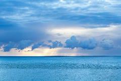 Coucher du soleil bleu au-dessus de l'océan photos stock