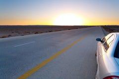 Coucher du soleil bleu-jaune tardif dans le désert Photographie stock libre de droits