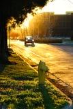 Coucher du soleil, bouche d'incendie et une voiture Images libres de droits