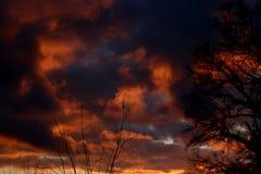 Coucher du soleil brûlant de nuages photo libre de droits