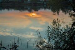 Coucher du soleil brûlant au-dessus du village Photographie stock libre de droits