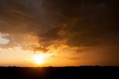 Coucher du soleil brillant après une tempête Photo stock