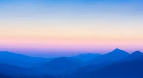 Coucher du soleil brouillé au-dessus des montagnes Image libre de droits