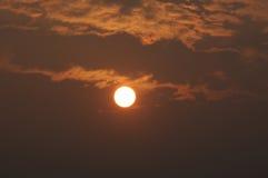 Coucher du soleil brumeux Photographie stock