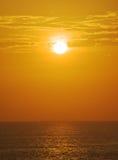 Coucher du soleil brumeux au-dessus d'océan photos libres de droits