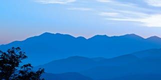 Coucher du soleil brumeux dans les montagnes Photographie stock libre de droits